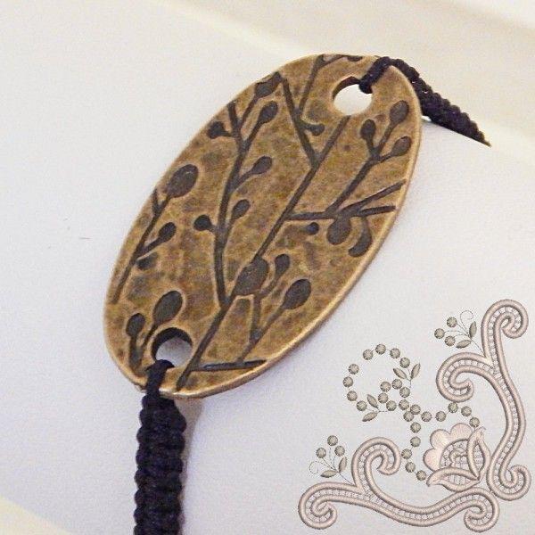 Impletita manual din snur de matase si avand un element decorativ din bronz, aceasta bratara tip shamballa este usor de asortat. Iti recomandam cu, caldura aceasta bijuterie.