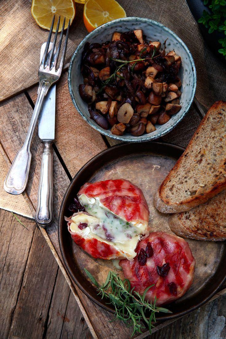 Grilujeme so Sedlčanským…Grilovaný Hermelín Plnený Sušenými Brusnicami s Cibuľovo Hubovým Ragú – Stvory z kuchyne