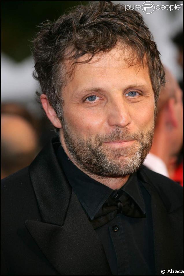 Stéphane Guillon est un humoriste et acteur français, né le 6 décembre 1963 à Neuilly-sur-Seine[1].  Il s'est fait connaître, à partir des années 2000, pour ses chroniques, sur Canal+ ou encore France Inter