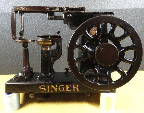 ANTIQUESMALLINDUSTRIALSINGERMODEL40KLEATHERGLOVETREADLE Magnificent Vintage Leather Sewing Machine