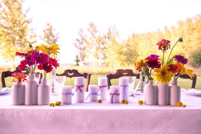 Soliflore céramique blanche pour une table d'honneur vintage et colorée. Articles en location chez DDay Déco