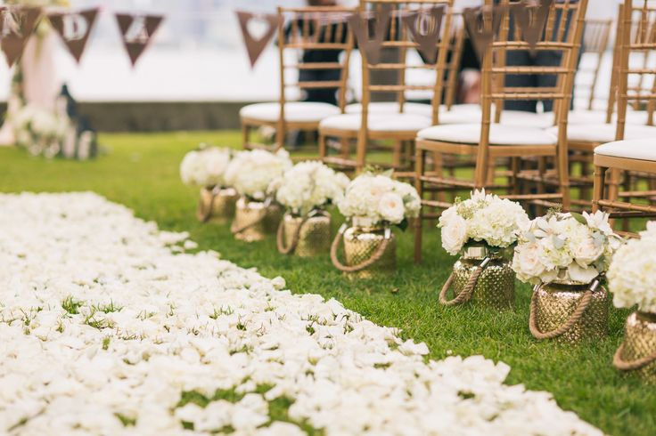 Ceremony Aisle - Centre Island - white flower petals, along the sides small vases with hydrangeas and roses http://www.fusion-events.ca/