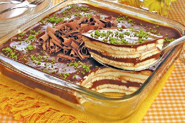 O Pavê de Limão com Chocolate é uma sobremesa fácil de fazer e deliciosa que vai agradar toda a família. Experimente! Veja Também:Pavê de Abacaxi e Coco V