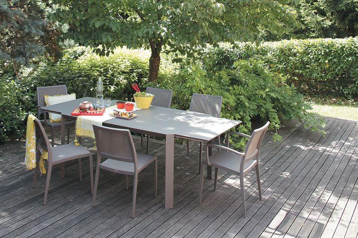 Contemporaine, tout en étant très fonctionnelle, la combinaison table #Pyramid et chaises #SlimB de #Carese, vous promet de beaux moments de convivialité.