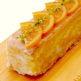 口溶けの良いバターケーキ生地に、オレンジの香りと酸味を加えました。 初夏にぴったりのさわやかなケーキです。