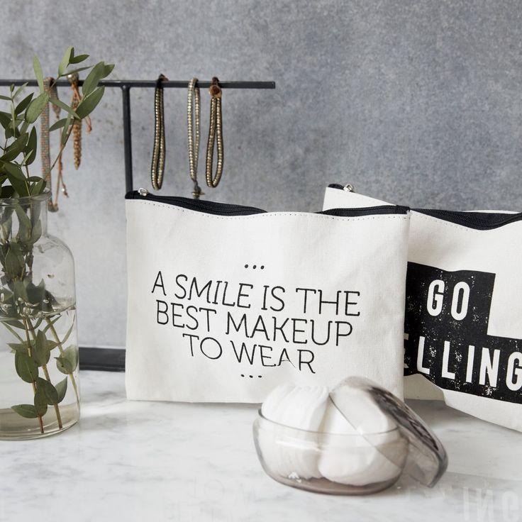 Mit dieser hübschen Kosmetiktasche von House Doctor transportierst Du Pinsel, Puder und Co. nicht nur, du präsentierst sie auf die stilvollste Art und Weise. Die Tasche bietet genug Platz für alles, was Du unterwegs brauchst, um Dich etwas aufzufrischen, ohne dabei zu viel Platz in der Handtasche einzunehmen. #beauty #makeup #tasche #schön #praktisch #pinkmilkshop
