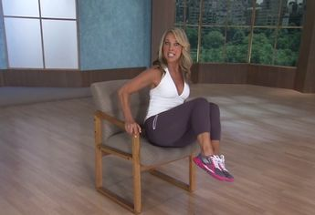 5 gyakorlat, ami beindítja a hasi zsírégetést, anélkül, hogy fel kellene állj a székből!