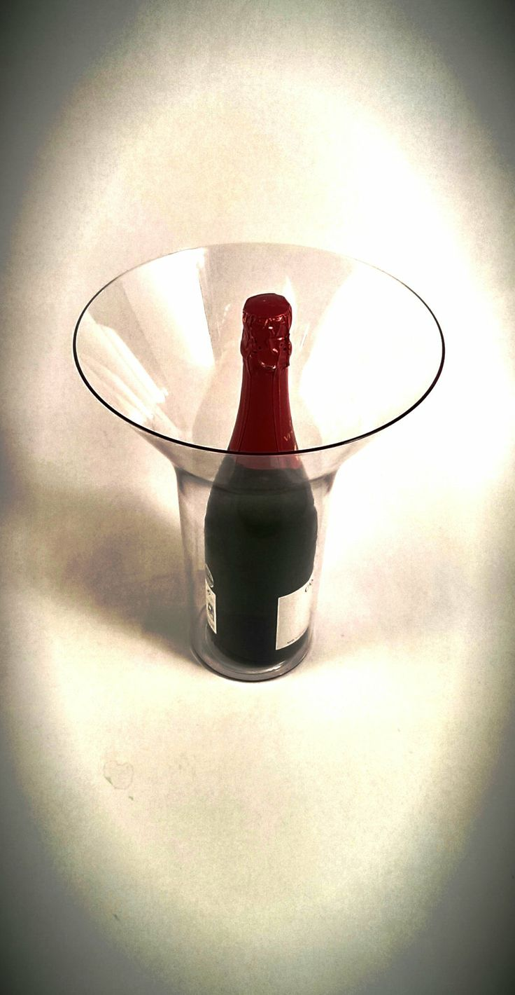 Eero Aarnion suunnittelema vaasi sopii mainiosti vaikka shampanja cooleriksi! Valmistettu Suomessa. Eero Aarnio Vase is a perfect champagne cooler! Made in Finland.