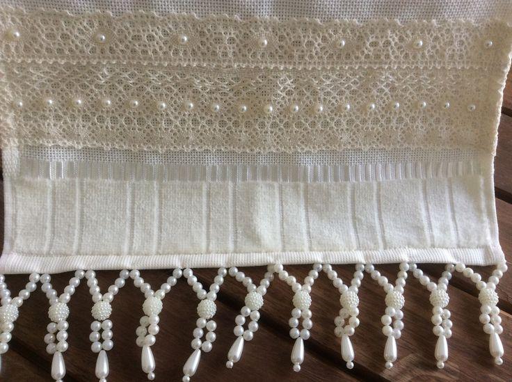 Toalha de lavabo ,na cor palha com bordados em pedrarias e aplicação de renda de algodão. Medida 30x45cm.