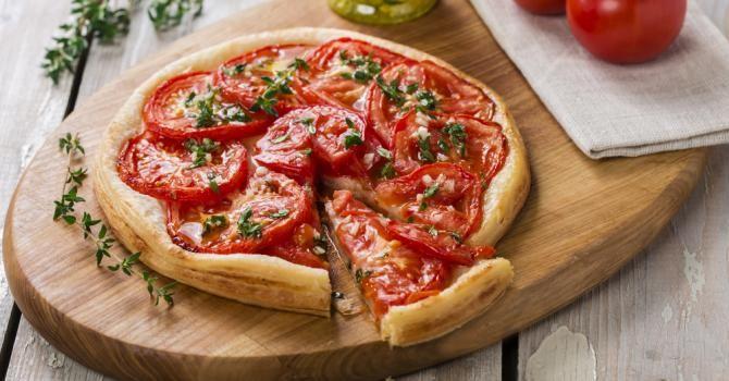 Recette de Tarte tomates, moutarde et herbes de Provence pour dîner familial. Facile et rapide à réaliser, goûteuse et diététique.