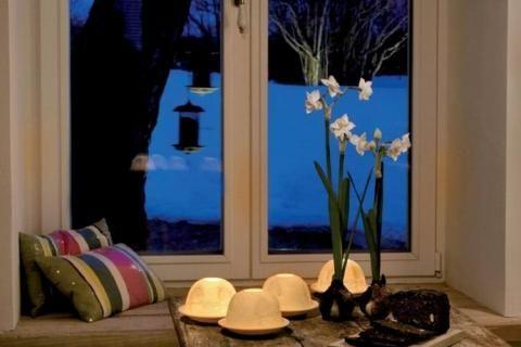 Искусственные цветы на окне