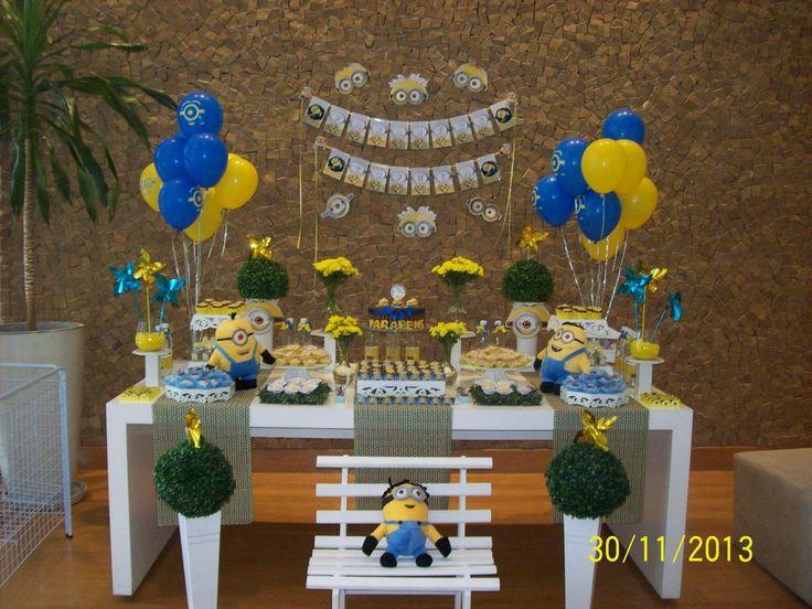 Festa tema Minions <br> com mesa principal completa <br> mesa para lembrancinha <br>10 mesas para convidados <br>300 doces(3 tipos de brigadeiros, doce de copinho,mini pão de mel temático, mini cup cake temático) <br>bolo kit kat - 3,5Kg <br>50 balões com gás hélio, <br> 20 águas personalizadas, <br>varal personalizado com máscaras Minions para decoração de parede. <br>serviço de montagem e desmontagem da decoração.