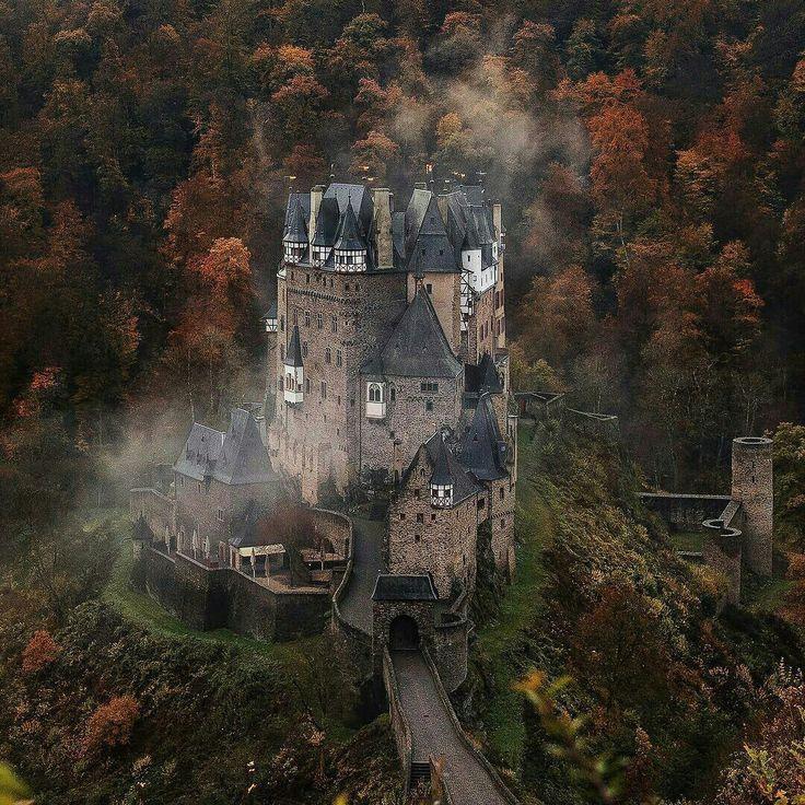 Замок Эльтц, Германия  #поездки #travel #nature #путешествия #красота #красивыеместа #вокругсвета #животные #красивыйвид #природа #вселетают #красотарядом#world #discovery #планета #отдых #развлечения #туризм http://tipsrazzi.com/ipost/1507902432087274883/?code=BTtJUXUgnWD