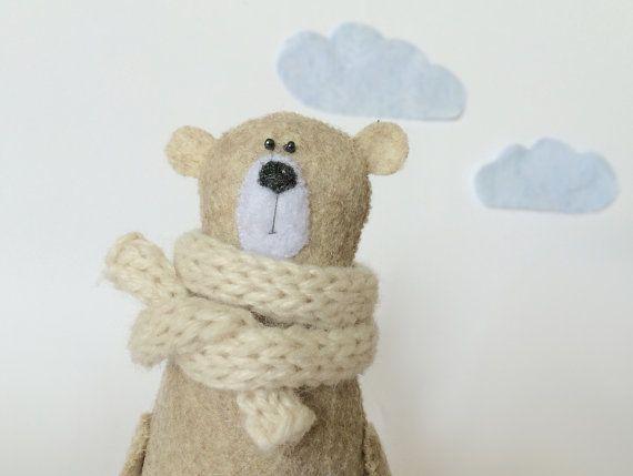 Filz Bär In Strickschal, Teddybär, Geschenk für sie, gefilzt Miniatur Tiere, Filz, Teddybär Spielzeug, Wald Plushie Beige Filz Bär, handgenäht, tragen Creme Strickschal (abnehmbar) auf der Suche nach einem liebevollen und fürsorglichen Zuhause :) Höhe: 14cm (5,5) Zu Ihrem Warenkorb