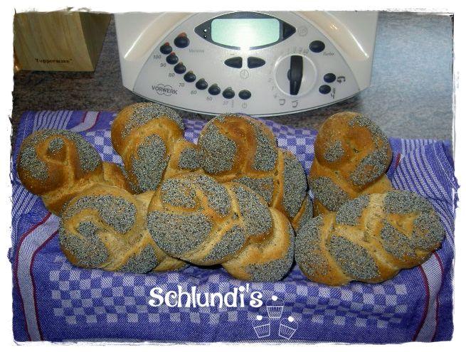 Mohnzöpfle   (14 Stück)   Zutaten:   250 Dinkelkörner   500g Mehl Typ 550   400 g Schwarzbier oder Malzbier   30g frische Hefe   1 TL Z...
