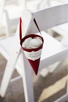 Petits cornets pour abriter les pétales de rose qui serviront lors de la sortie des mariés