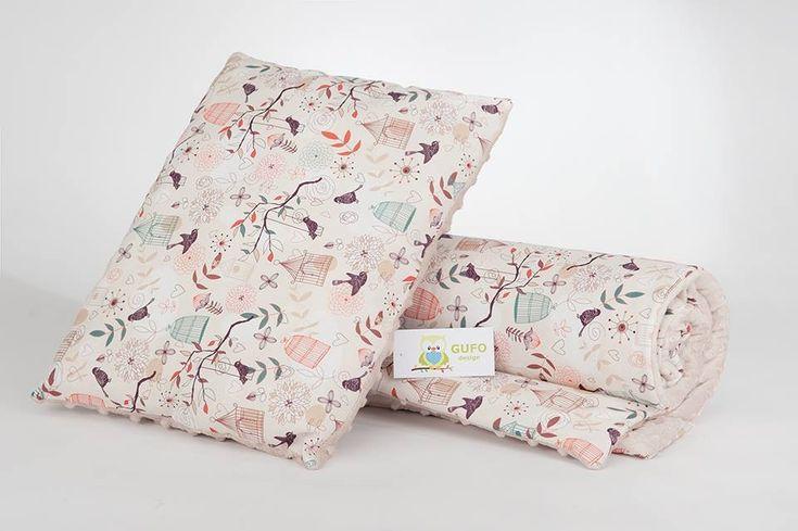 KompletGUFO designw skład którego wchodzą kocyk oraz poduszka. Kocyk wykonany jest z mięciutkiego polaru minky z wypukłymi kropkami o gramaturze380gpołączony z piękną i kolorową 100% bawe...