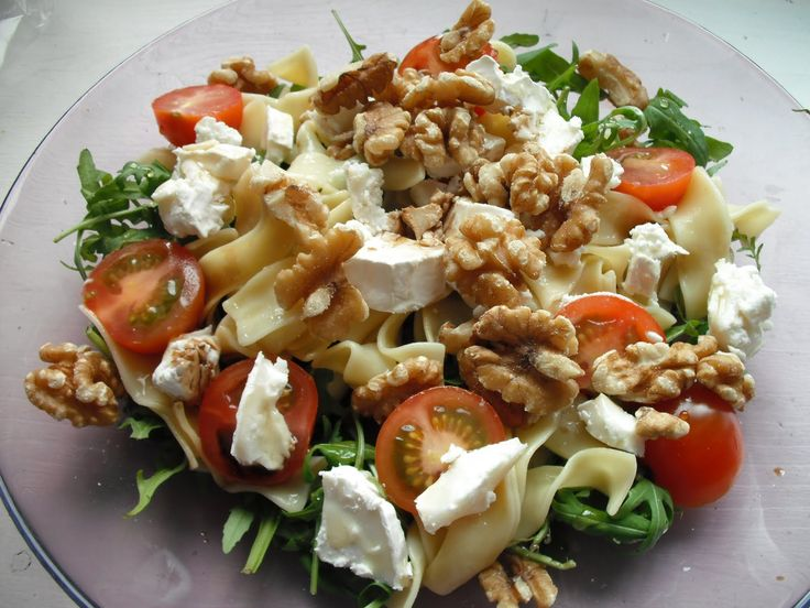 Pastasalade met brie en walnoten. De pasta kun je vervangen door een suikervrije maispasta of andere suikervrije pasta.