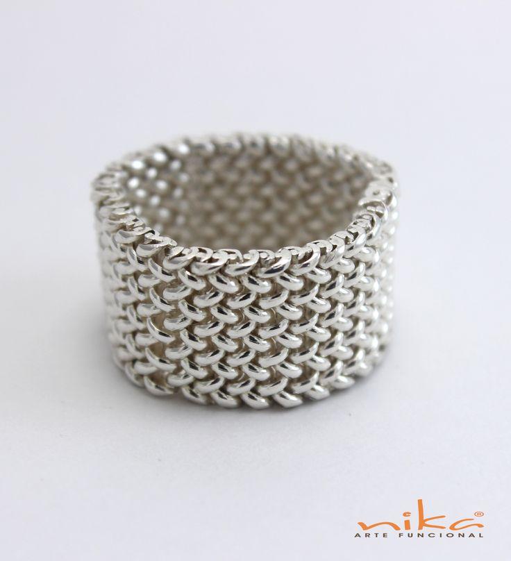 Si eres amante de la moda y te gusta lucir diseños exclusivos, este anillo en hilos de plata tejido a mano, es perfecto para ti.  www.nika.com.co