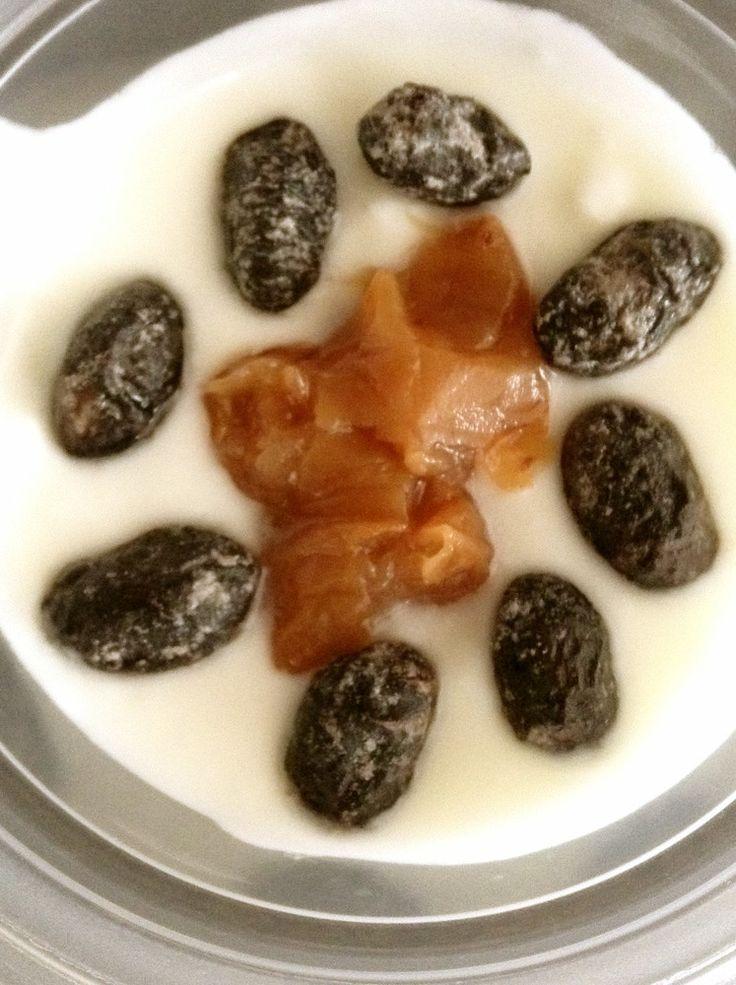 梅と黒豆で☆ヨーグルトデザート♪       南高梅干しと黒豆グラッセで、和風ヨーグルトデザートの完成!簡単で美味しい^^ちょっとオトナな感じです。