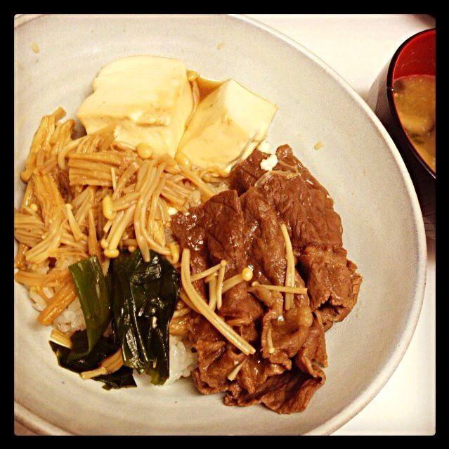 本日のお昼ごはんれす。むちゃ簡単でおいしいすき焼き丼|(^o^o^)|さいこー★ - 2件のもぐもぐ - すき焼き丼 by ukachaon
