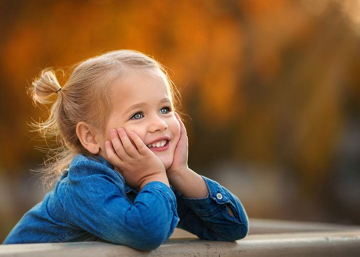las_vegas_family_photographer_cute_toddler_girl_close_up_portrait_orange_and_blue