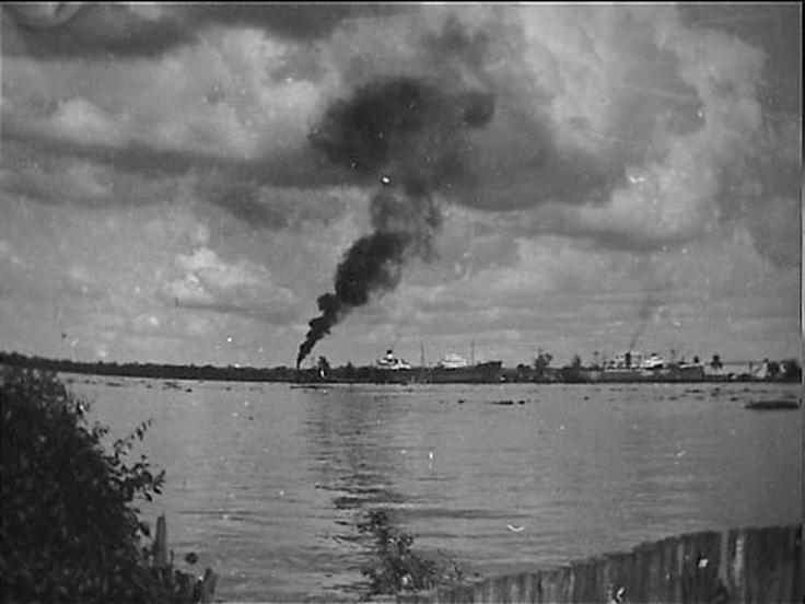 Pladjoe, BPM  Beschrijving  Palembang is ook voor zeeschepen te bereiken over de Musi. Aan de overkant van de rivier ligt Pladjoe, de olieraffinaderijen van de B.P.M.  Datum  {1946-1950}  Locatie  Indonesië, Musi, Nederlands-Indië, Palembang, Pladjoe