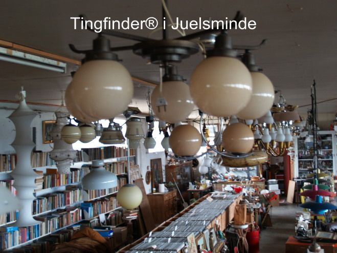Gamle brugte funkis lamper med glaskupler store lysekroner fra 1920 1930. Tingfinder® butikken har et stort udvalg af genbrugslamper og moderne dansk designlamper.<br>Gammel artdeco lysekrone med 5 kupler h.45 ø. 64 cm. Pris 2500 kr.