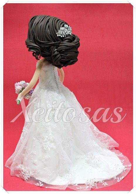 Pareja de fofuchas novios personalizados para tarta de boda. El vestido de la novia está hecho de goma eva y cubierto con un encaje de tul y con pedrería cosida a mano. El resto de la pareja está hecho en goma eva  Este es un trabajo de Xeitosas, puedes ver más en: www.xeitosas.com
