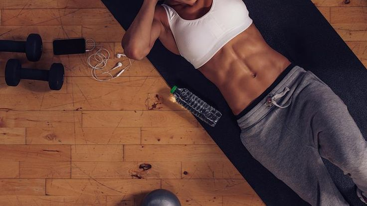 Es existieren viele Bauch-Weg-Übungen, die schnelle Hilfe versprechen. Dabei gibt es dem Fitnessexperten Ingo Froböse zufolge eine Übung für den Bauch, die jede andere in den Schatten stellt.