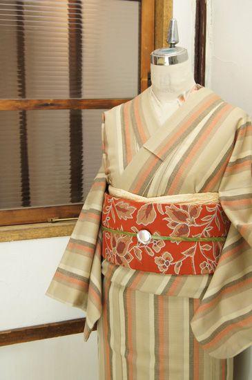 アイボリー、エクリュベージュ、コルクベージュ、キャメル、テラコッタオレンジ、ブラウンのボーダーデザインがナチュラルモダンなウールの単着物です。