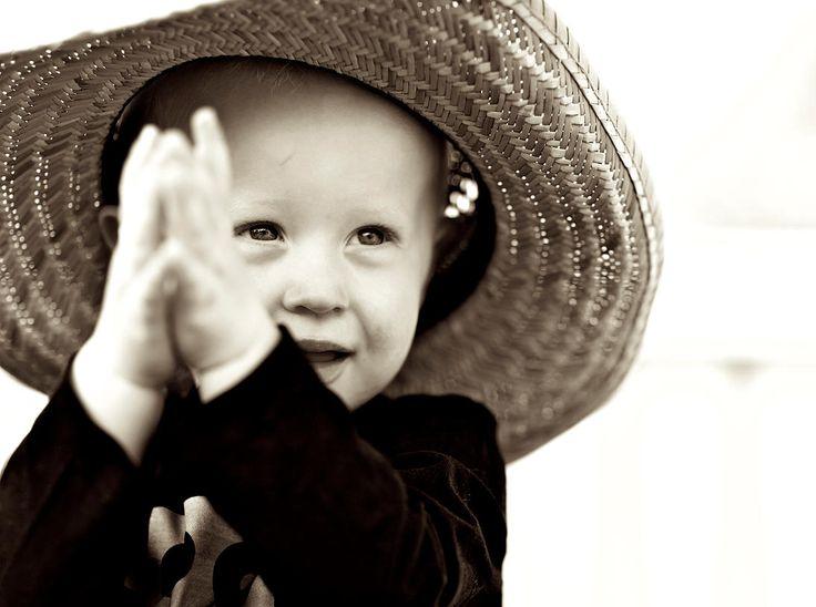 Min lille nevø, stor hat og klappekage <3