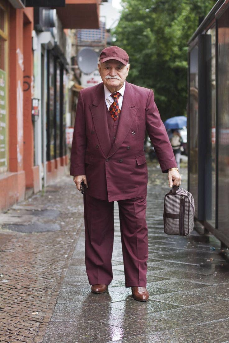 Каждое утро этот фотограф снимает стильные наряды 83-летнего портного-модника