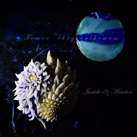 """一日一菓 「巴菊」 #煉切 製  #wagashi of the day""""Tomoe chrysanthemum""""  本日は「巴菊」です。 #マツコ・デラックス さんの「#月曜から夜ふかし 」という番組にて、「#かりんとうまんじゅう 」を御紹介頂きました。 今夜は番組タイトルのイメージで、 はさみ菊と針切り菊のコラボ「巴」を表現してみました。mcの#村上信五 さんの他、ゲストの#長瀬智也 さんにもお召し上がり頂きました。御紹介ありがとうございます。  Today is the """"Tomoe chrysanthemum""""  Oggi è il """"Tomoe crisantemo"""". Aujourd'hui est le «Tomoe chrysanthème». 今天是""""巴菊""""。 #和菓子 #日テレ #餡菓桜 #テレビ #三堀 #一日一菓  #茶道 #sweets  #art #nerikiri #ネリキリ"""