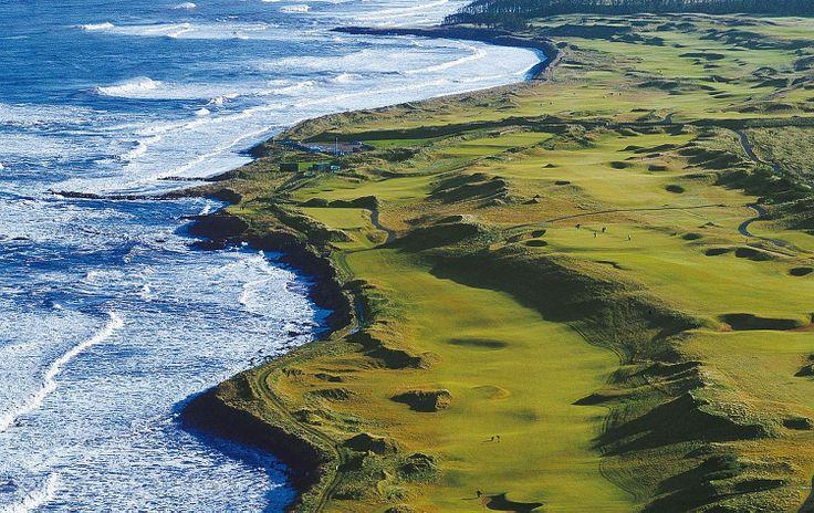 Golf course in Scotland near sea shore. Golfbaan in Schotland.