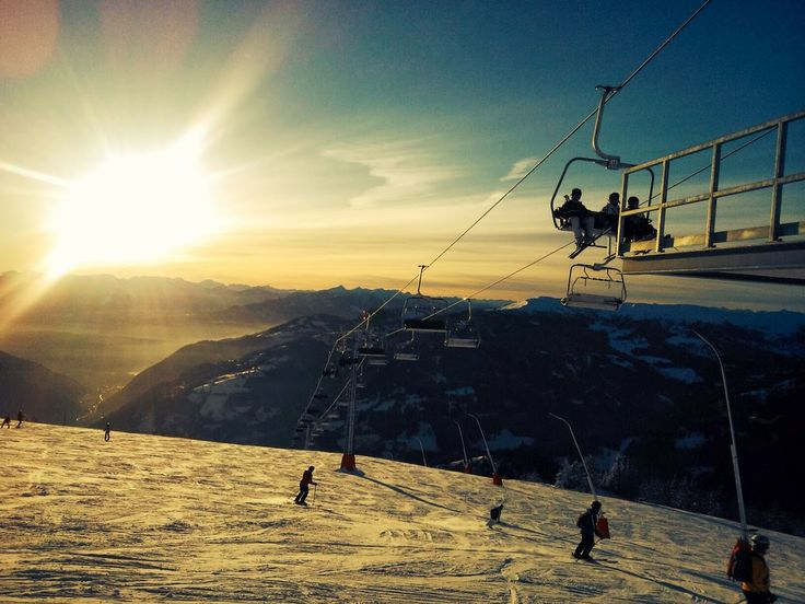 Sonnenuntergangs-Skifahren im Skigebiet