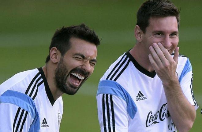 Un diario italiano asegura que Lavezzi jugará en Barcelona. El Pocho tendría un acuerdo con el club en el que juegan sus amigos, Messi y Mascherano. http://www.argnoticias.com/deportes/futbol/item/39193-un-diario-italiano-asegura-que-lavezzi-jugar%C3%A1-en-barcelona