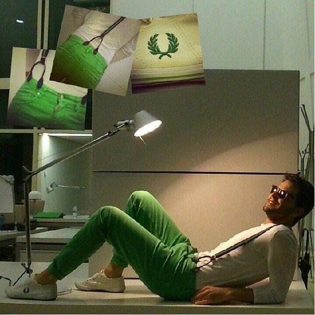 Aprovechando los ultimos rayos de sol en la Oficina, con un look primaveral compuesto por:  1- Pantalones Verde hierba con tirantes de rayas incluidos de Antony Morato.  2-Camiseta Basica Blanca de Zara.  3- Zapatillas de Fred Perry.
