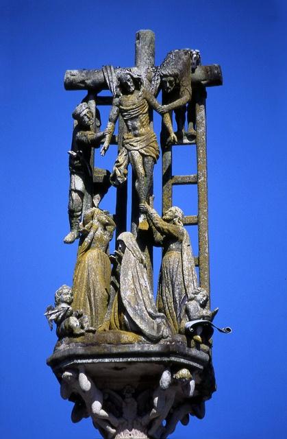 CRUCEIRO de HIO CANGAS PONTEVEDRA José Cerviño la vara o columna que se levanta sobre una estructura compleja en la que se representan las penas del purgatorio y, en la parte superior, el descendimiento de la cruz más complejo que se haya podido ver en cruceiro alguno. Con dos escaleras que se apoyan en cada uno de los brazos de la cruz respectivamente y los personajes distribuidos en bulto redondo y representados con gran realismo. El cruceiro de Hío es obra del año 1872,