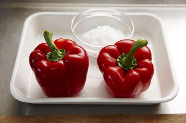 マッサ・デ・ピメンタオン 手順1:赤パプリカに粗塩をまぶす。 手順2:重しをして1週間漬ける。 手順3:水気を拭いて半日から1日ほど干す(湿気の高い日は要調整)。 手順4:フードプロセッサーやミキサーにかけ、ペースト状にする。 手順5:瓶につめる。