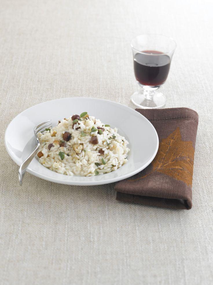 Formaggio e frutta secca sono un ottimo accostamento per un buon primo piatto: prova la ricetta di Sale&Pepe del risotto alle nocciole con il castelmagno.