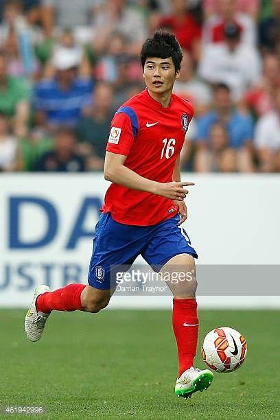 Ki Sung Yueng of Korea Republic runs with the ball during the 2015 Asian Cup match between Korea Republic and Uzbekistan at AAMI Park on January 22...