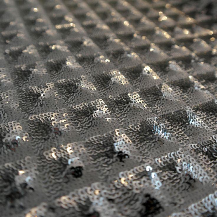 Paiete rotunde argintii de 3 mm pe tul alb KX1797   Latime (cm) 135/ 137 Diametru Paieta 3 mm  Compozitie tul (%) Poliester 100%