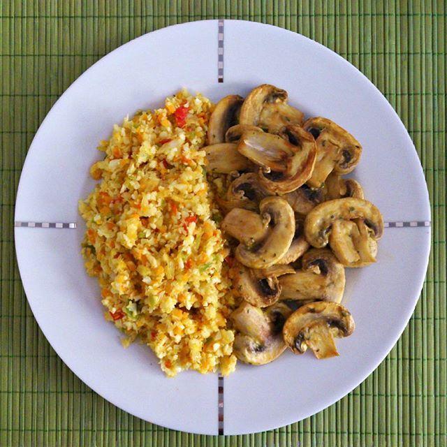 Την paleo διατροφή ομολογώ πως ούτε την ήξερα, ούτε με ήξερε. Το @paleo.koritso μου τη γνωρίζει με τα ωραία πιάτα του (μέσα-έξω) και βασικά κανείς δε σε υποχρεώνει ν' ακολουθήσεις μια διατροφη αν δε σου ταιριάζει αλλά μπορείς πάντα να πάρεις ιδέες για νέα πράγματα στην κουζίνα σου κι εγώ σ' αυτό το πιλάφι κουνουπιδιού με κάρυ δεν αντιστάθηκα, την έκανα την paleoδουλειά! Με βασική προϋπόθεση ότι σου αρέσει το κουνουπίδι και το κάρυ μπες να δείς πώς το φτιάχνει αναλυτικά.  Εδώ το…