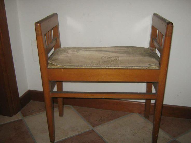 Sgabello in legno e stoffa usurato con vernice vecchia e scura