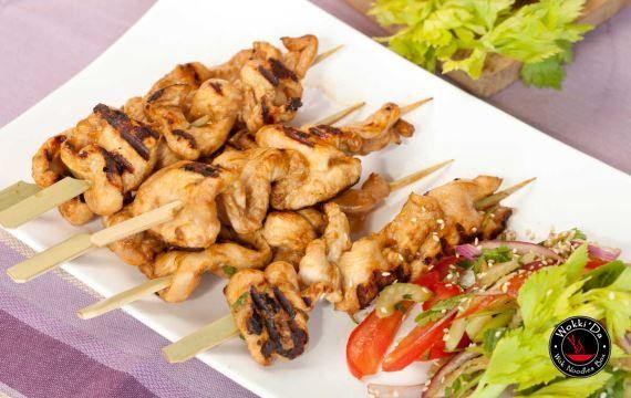 Сатай из курицы Ингредиенты: 1 кг. - куриного филе Для маринада: 3 ст.л. - растительного масла 2 - зубчика чеснока 2 ч.л. - рыбного соуса (fish sauce) 2 ч.л. - белого винного, яблочного или рисового уксуса 1/2 ч.л. - порошка карри 1 ст.л. - коричневого сахара 1 ст.л. - нарубленной зелени кинзы соль и перец по вкусу бамбуковые шпажки, предварительно замоченные в воде Для арахисового соуса: 2 - зубчика чеснока 250 мл. - воды 120 г. - арахисовой пасты 1 ст.л. - белого винного, яблочного или…