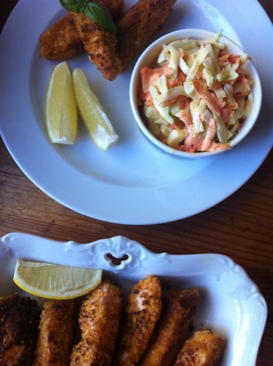 Laksefiskepinner med cornflakescrunch og coleslaw