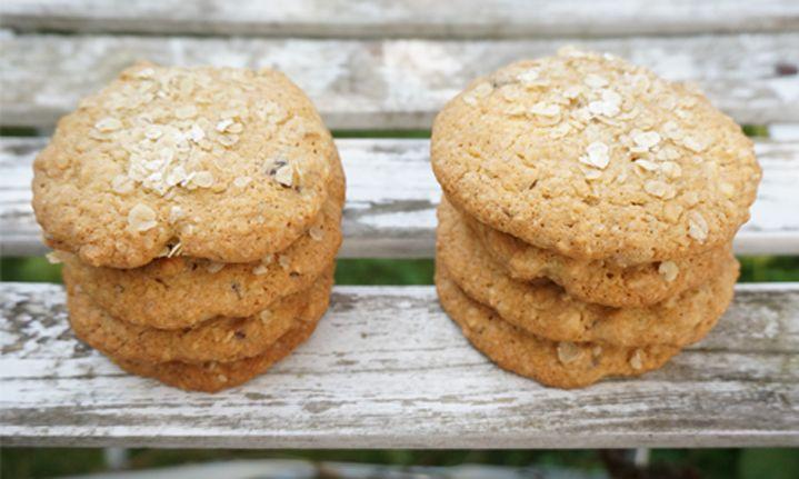 """Oppskrift på havre -og nøttecookies. Enkle havrecookies med nøtter. Raskt, litt """"sunt"""" og veldig godt."""