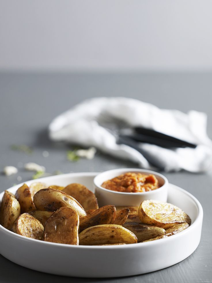 Bilde og oppskrift på patatas bravas med tomatsaus. Tapas fra Rioja-regionen med tempranillo fra Faustino. Food styling.