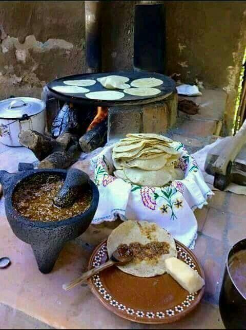 Tortillas salsas frijoles y guisado alimentos mexicanos el comal el fogon el molcajete el tejolote de piedra